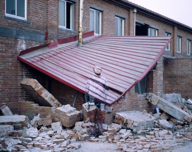 Hiding in the City 02, Suojia Village, 2006 © Liu Bolin / Courtesy Galerie Paris-Beijing.