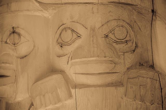 Gwaai Edenshaw, artiste haida en train de préparer le prochain mât cérémoniel © ppc, juin 2013