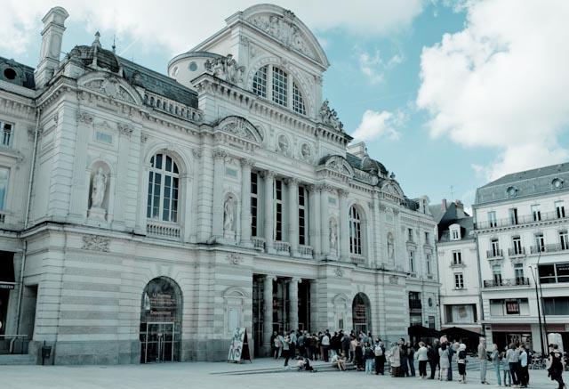 Attente devant le Grand Théâtre d'Angers - exposition de Li Kunwu