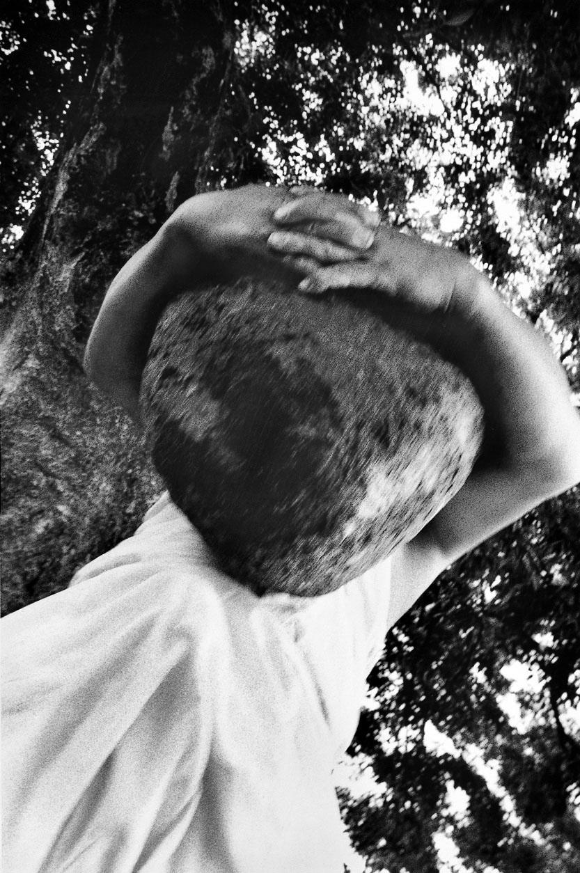 Homme soulevant un menhir, Namwon, 1990 © Lee Gap Chul