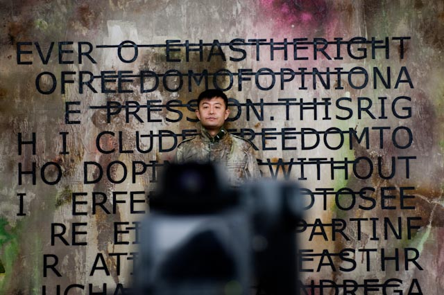 Performance de Liu Bolin, 15 janvier 2013. Galerie Backslash et Paris-Beijing © Philippe Pataud Célérier